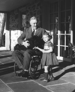 Prominentes Opfer: Der US-Präsident Franklin Roosevelt wurde 1921 ein Opfer der Poliomyelitis und war seitdem von der Hüfte ab weitgehend gelähmt (Foto: Margaret Suckley via Wikimedia Commons)